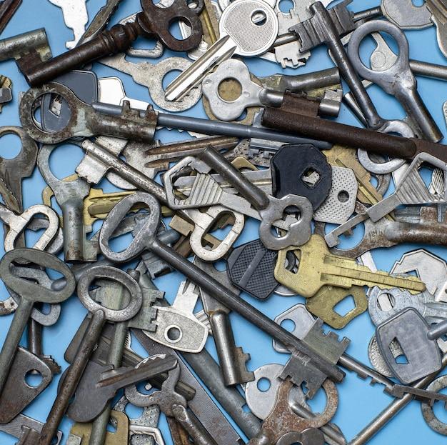 Ключи на синем фоне