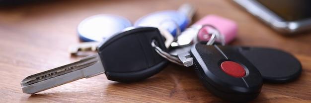 Ключи с черным пультом дистанционного управления и красной кнопкой. охранная сигнализация для концепции домов и квартир