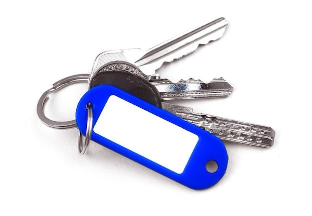 Ключи с макетом значка с копией пространства, ключ-карта или удостоверение личности, белый изолированный фон фото