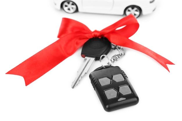 흰색에 고립 된 현재로 붉은 나비와 자동차 키
