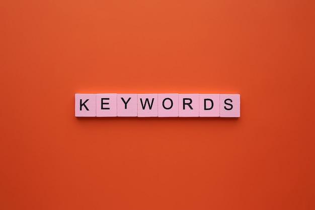Ключевые слова слово, на оранжевом фоне.
