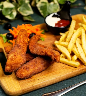 フライドポテト、マヨネーズ、ケチャップ、野菜のサラダとチキンナゲットkfcスタイル