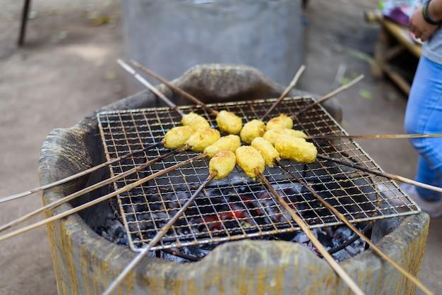 アジアの伝統的な食べ物、kgawhieで卵を焼いたスティッキーライス。タイの文化