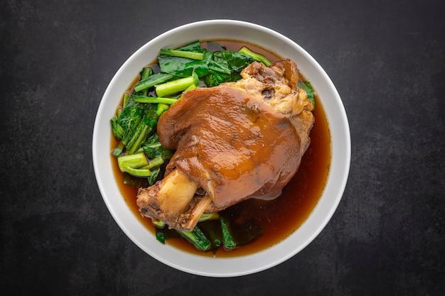 Кха му па ло, тайская кухня, тушеная коричневая свиная ножка по-китайски в сладком коричневом соусе, вид сверху