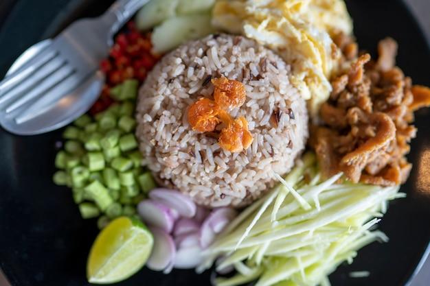 タイ料理、海老ペーストで味付けした米、khaao khlook gabpi