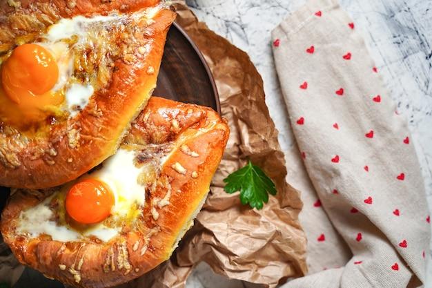 Хачапури, аджарская традиционная грузинская кухня, запеченный хлеб с сырно-яичной начинкой, национальная ...
