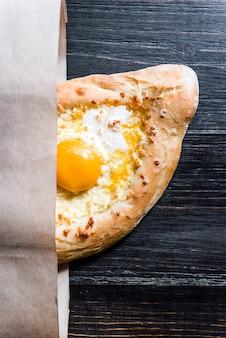 アディゲチーズ、チーズ、卵黄を使ったアザリアンのハチャプリ。伝統的な白人料理