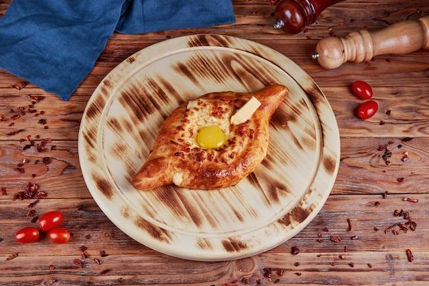 Хачапури с сыром и яйцом, традиционная грузинская кухня