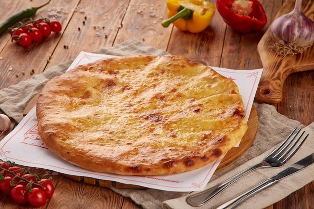 Хачапури с сыром, традиционная грузинская кухня