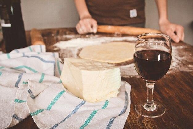 チーズ入りkhachapuriは、テーブル上に成形されています
