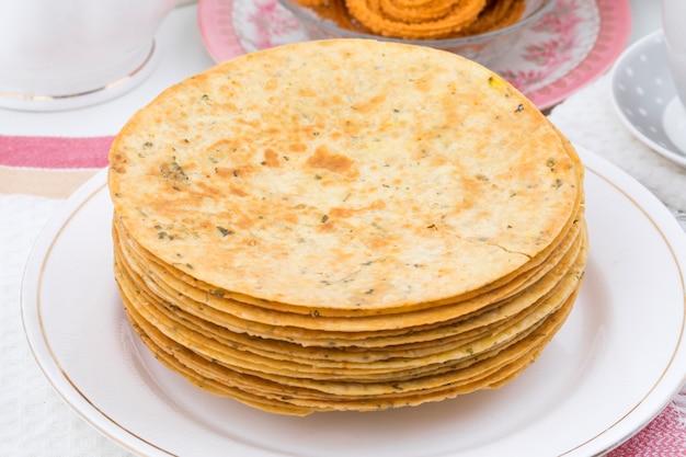 インドのkhakhraは伝統的なグジャラートの軽食です