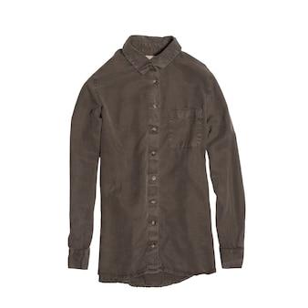 Рубашка цвета хаки, изолированная на белой поверхности