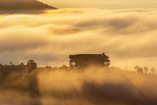 Красивое жилье в середине тумана в khao kho, провинции phetchabun, таиланде.