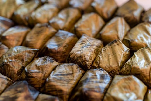 「カオトムマッド」タイのデザート、もち米とバナナの蒸し物。