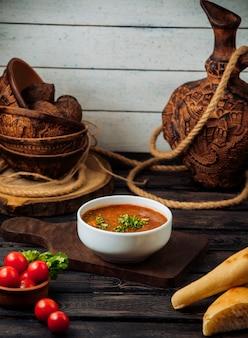 Zuppa di kharcho sul tavolo