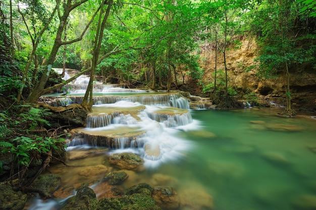 Khayan srinagarindra国立公園、カンチャナブリ、タイのhuay mae kamin滝のレベル1