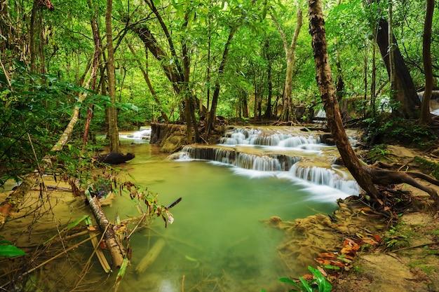 Khayan srinagarindra国立公園、カンチャナブリ、タイのhuay mae kamin滝のレベル7