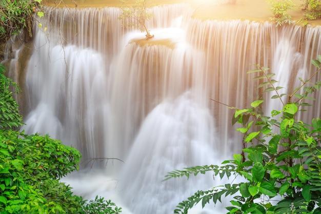 Khayan srinagarindra国立公園のhuay mae kamin滝。