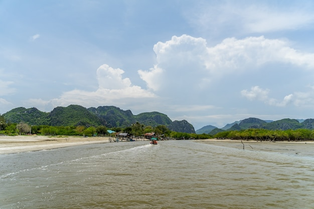 Phrachuap khiri khan province의 khao sam roi yot 국립 공원에서 khlong daeng 운하 보트 여행