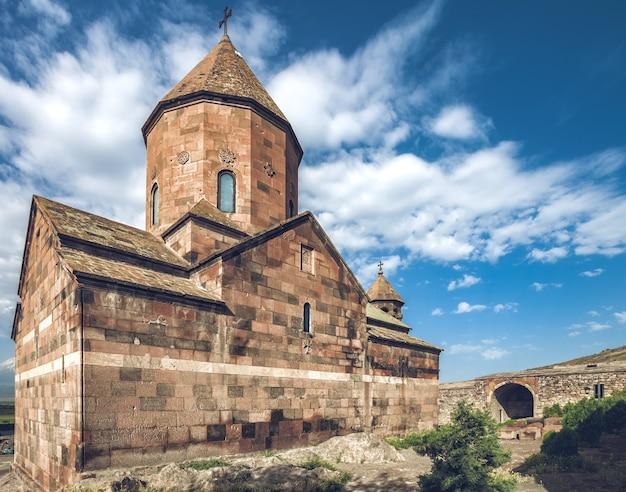 Хор вирап - древний монастырь, расположенный в араратской долине в армении.