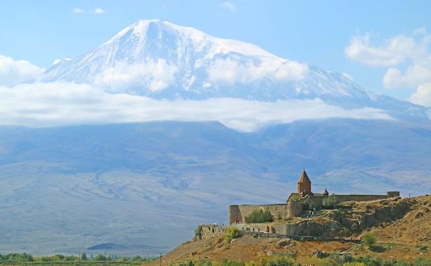 Монастырь хор вирап с горой арарат на заднем плане, одно из самых посещаемых мест в армении