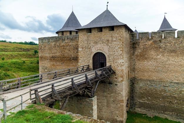 요새 단지가 있는 x xviii 세기의 khotyn 요새는 강의 오른쪽 은행에 위치한 우크라이나 7대 불가사의 중 하나입니다. khotyn 시의 dniester.