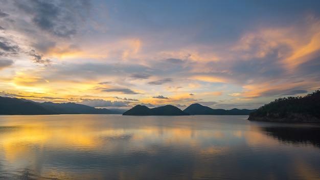 Khuean srinagarindra national parkカンチャナブリタイルの貯水池の美しい夕日