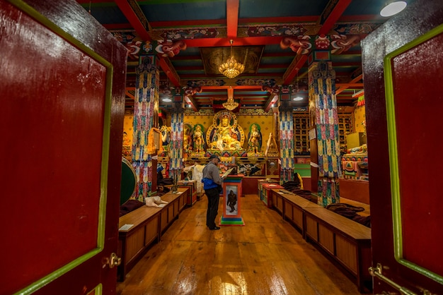 Khumjung村の旅行者はnamche bazaarのkhumjung monasteryのyeti skullを訪れ、