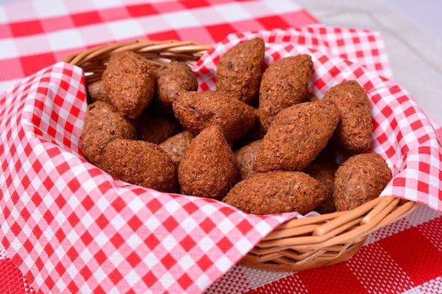 揚げkibbeh、アラブ料理、肉前菜、kebbah