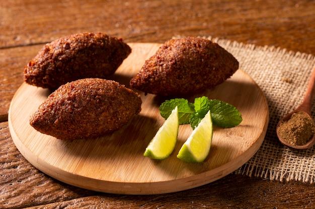 Киббе - ближневосточный фарш и жареная закуска из пшеницы булгур. также популярное блюдо для вечеринок в бразилии (кибе).