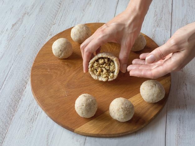 Сырой кибеб. приготовление арабской мясной закуски kibbeh. традиционный арабский киббе с бараниной и кедровыми орешками.