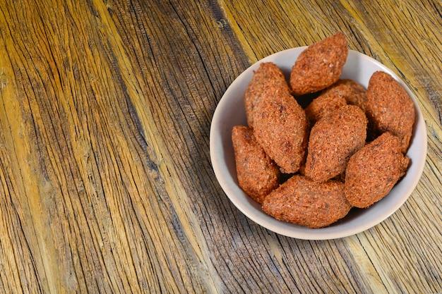 Кибе, мясная закуска киббе на тарелке, бразильская закуска кибе