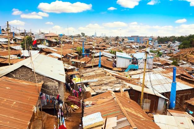 푸른 하늘과 구름이 있는 화창한 날 나이로비의 키베라 빈민가. 키베라는 아프리카에서 가장 큰 빈민가입니다. 케냐 나이로비의 빈민가.