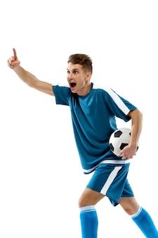 白いスタジオの背景に分離されたプロサッカー選手の面白い感情を蹴る