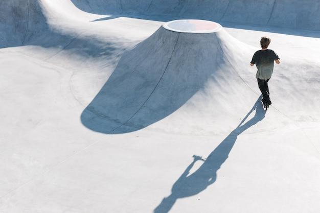 도시 스케이트 공원에서 타는 킥 스쿠터