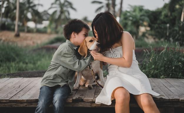 Малыш и тетя образ жизни в парке. маленький мальчик вместе с собакой как лучший друг. активный отдых на летнем отдыхе.