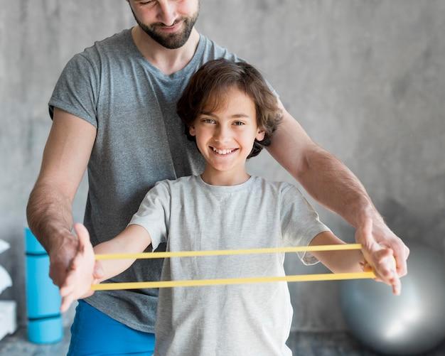 집에서 스포츠를하는 아이와 그의 아버지