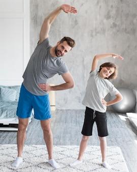 子供と彼の父親は家でスポーツをしています