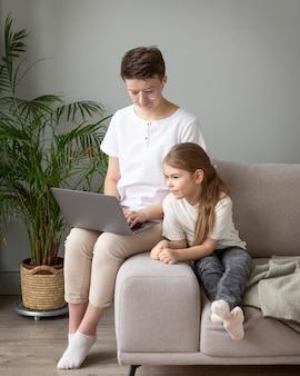 Ребенок и родитель, глядя на ноутбук