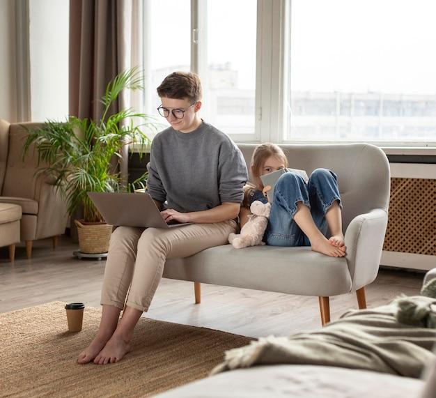 소파 전체 샷에 아이와 부모