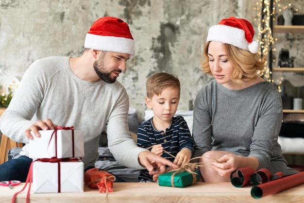 Ребенок и родители вместе на рождество