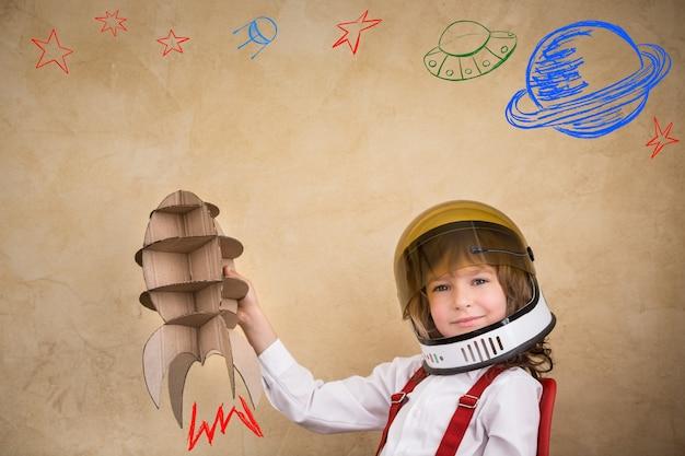 골 판지 장난감 로켓 아이 우주 비행사 집에서 노는 아이 지구의 날 개념