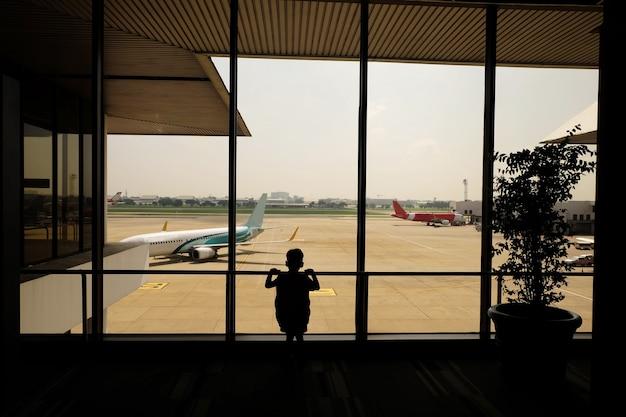 Ребенок в аэропорту, ожидающий отъезда, цветной фильтр, бизнес-поездка в аэропорт