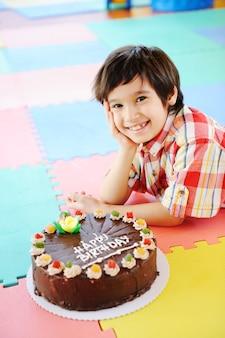 幼稚園遊び場での誕生日パーティーでのキッド