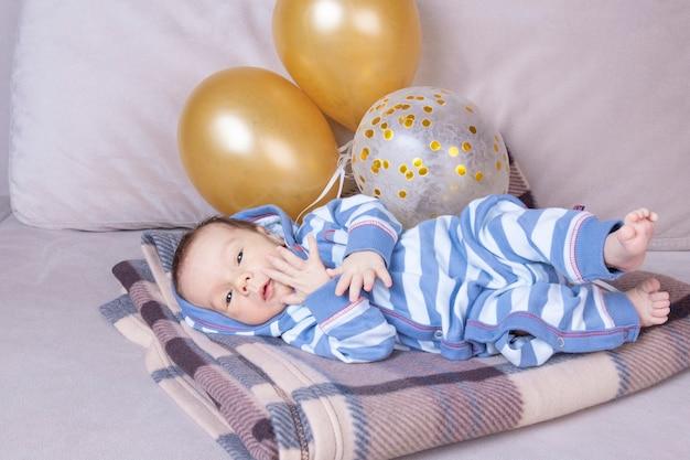 День рождения малыша с воздушными шарами новорожденный месяц от роду