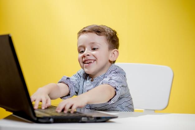 집에서 노트북을 사용하는 카메라로 비디오를 촬영하는 키드 블로거. 온라인 학습. 온라인 학교.