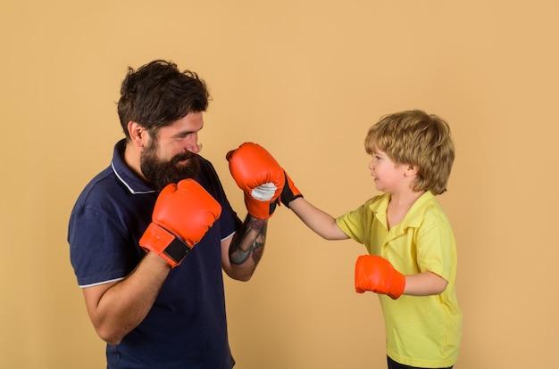 ボクシンググローブトレーニングボクシングリングパンチングノックアウト子供時代の活動で子供ボクシングトレーニング子供
