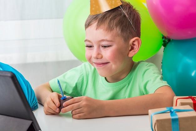 Малыш мальчик празднует день рождения онлайн с другом или бабушкой и дедушкой по видеозвонку
