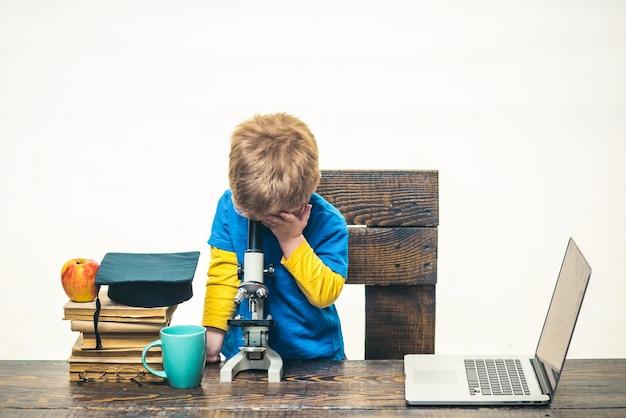 아이 소년 현미경 wunderkind 개념에서 보이는 똑똑한 작은 소년 과학자 아이와 함께 작업