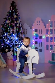 Малыш мальчик играет с игрушками дома, в помещении
